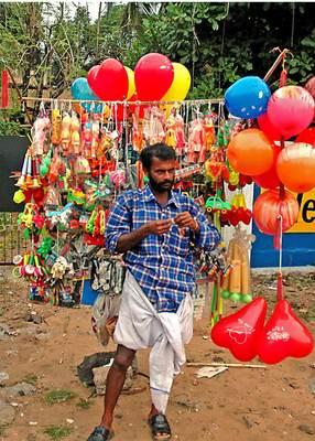https://cdn0.desidime.com/attachments/photos/287884/medium/3442060India_NH17_balloon_seller.jpg?1480977076