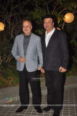 https://cdn0.desidime.com/attachments/photos/596266/medium/6287366351736-anupam-kher-and-anu-malik-pose-for-the-media-at-farah-khan-birt.jpg?1574708690